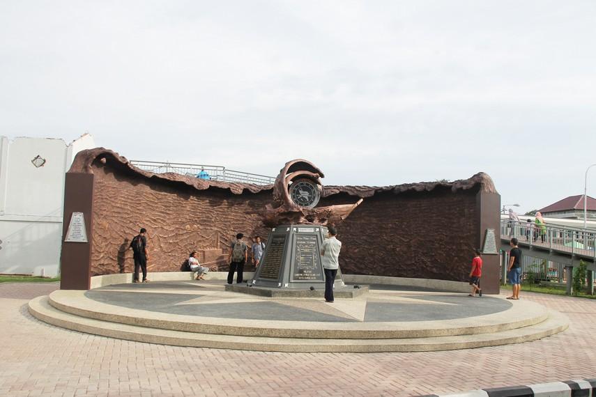 Monumen peringatan yang dibangun dengan relief menyerupai gelombang air bah