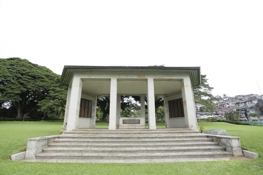 Monumen yang terdapat di pelataran depan makam dan berisi daftar nama para tentara Australia yang dimakamkan