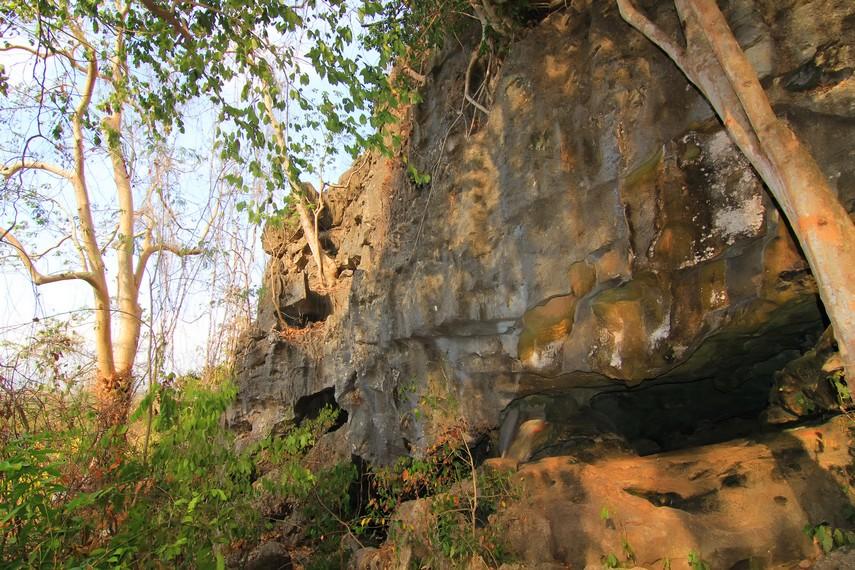Mulut Gua Liang Petang yang memiliki ukuran kecil dan sempit