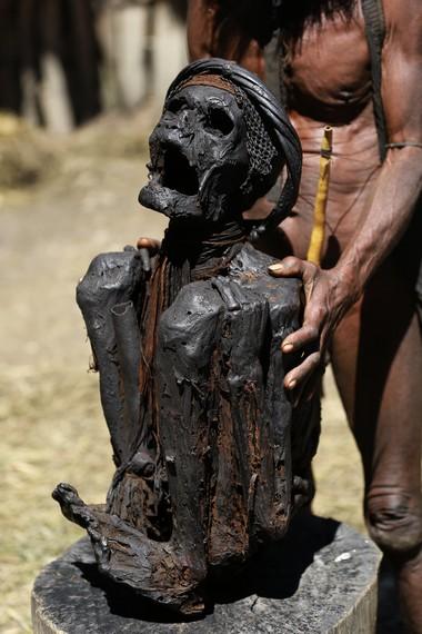 Mumi sang Kepala Suku yang dikeringkan dalam keadaan jongkok