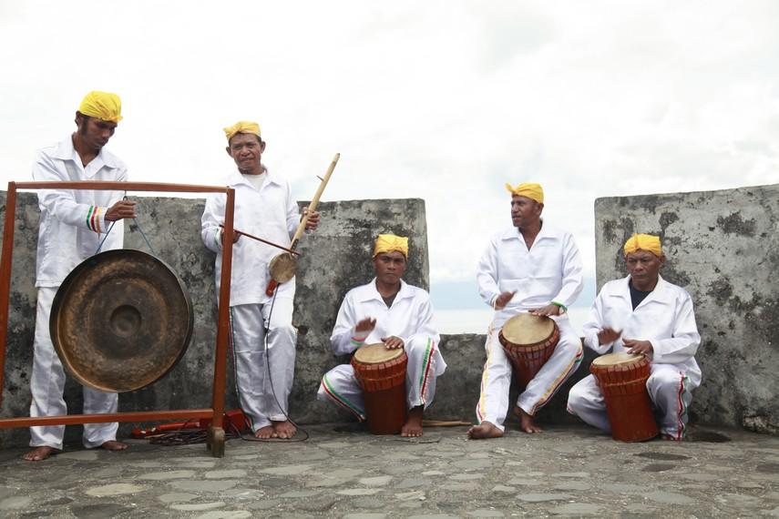 Musik Salai Jin biasa dimainkan oleh para pemusik Tifa dan Arababu