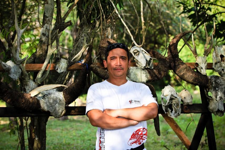 Foto dengan tulang hewan sisa makanan Komodo