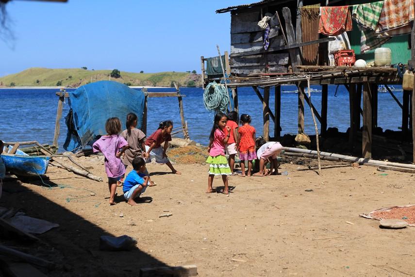 Kegiatan bermain anak anak di Desa Komodo