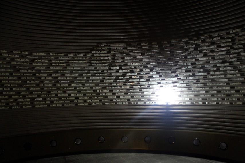 Nama-nama korban yang tertempel di dinding Museum Tsunami