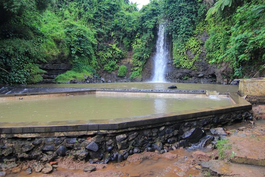 Nama Bangkong merupakan pemberian masyarakat sekitar yang mempercayai adanya bangkong atau kodok besar di sekitar air terjun