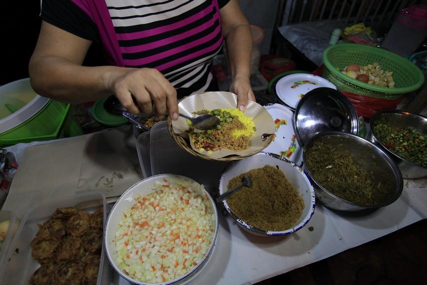 Nasi kuning dan berbagai lauk pendukungnya