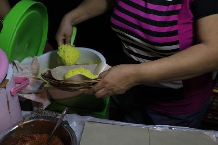 Nasi kuning hangat yang sedang dipersiapkan