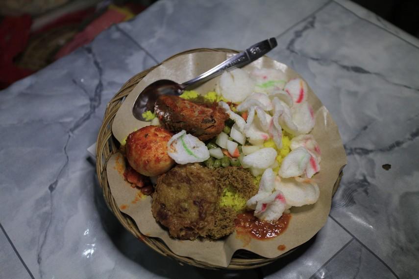 Nasi kuning malam khas kota Ambon lengkap dengan berbagai lauk pendukung
