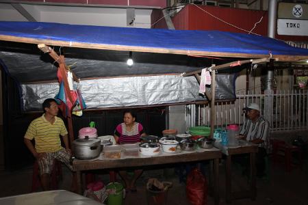 Nasi kuning malam yang menjadi kuliner andalan warga Ambon