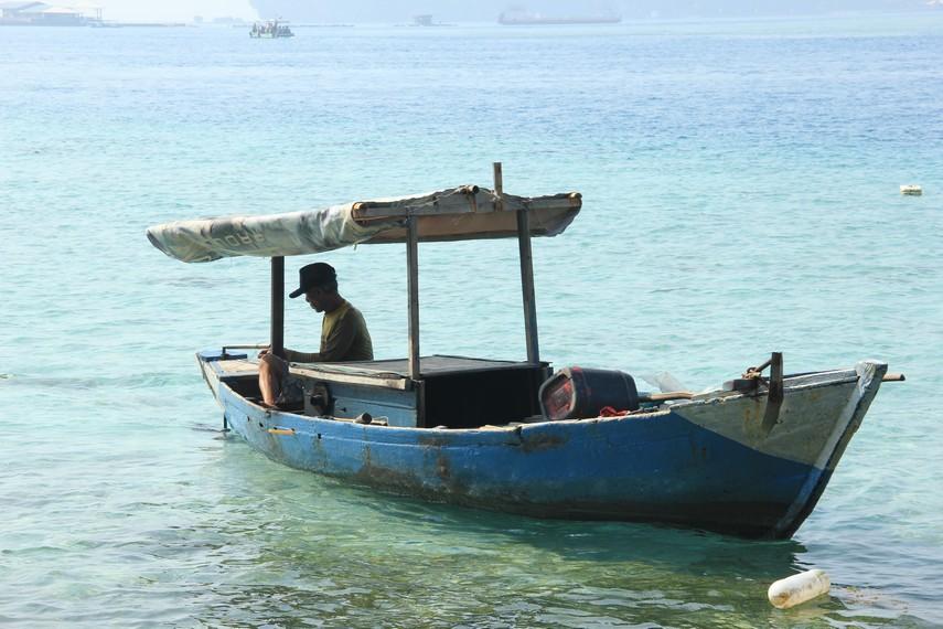 Di Pulau Karya, kita juga bisa melihat aktivitas nelayan yang bersiap menuju laut lepas