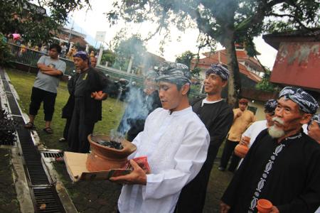 Ngala Cai Kukulu merupakan ritual menggabungkan air dari tujuh mata air yang dianggap suci