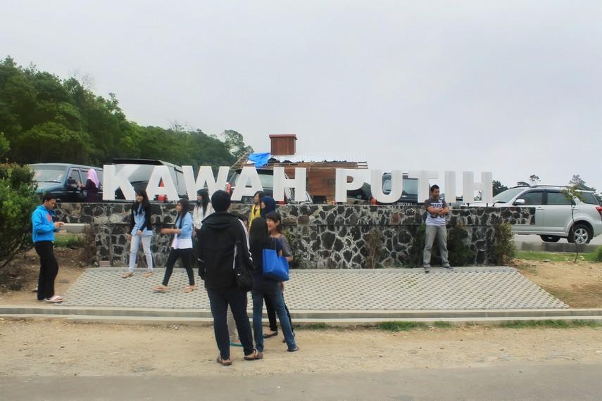 Objek wisata Kawah Putih dibuka setiap hari mulai pukul 07.00 WIB hingga pukul 17.00