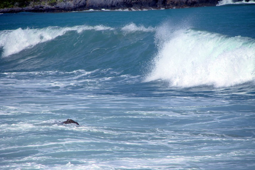 Ombak Pantai Lhoknga yang besar menjadi incaran para peselancar internasional untuk berselancar di pantai ini