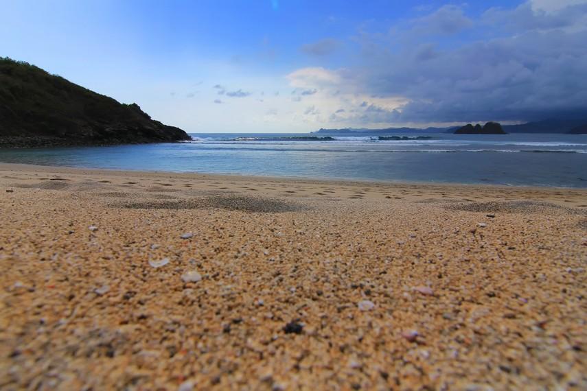 Ombak Pantai Mawi mampu menciptakan gulungan ombak dari arah kanan dan kiri yang membuatnya begitu diminati peselancar