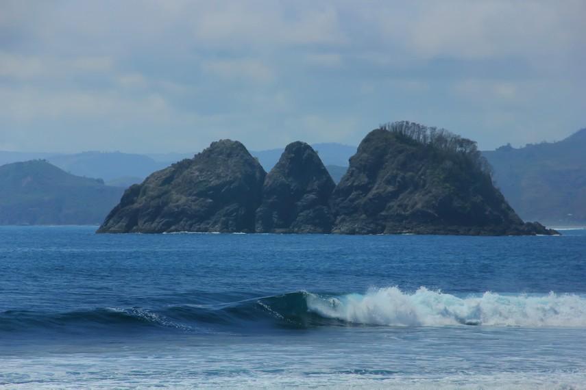 Ombak Pantai Mawi sering dikunjungi wisatawan mancanegara untuk melakukan manuver di atas ombak