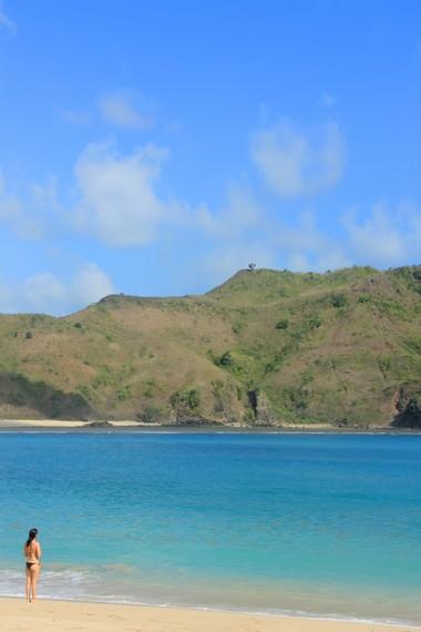 Ombak Pantai Mawun sangat bersahabat untuk melakukan aktivitas berenang di pinggir pantai