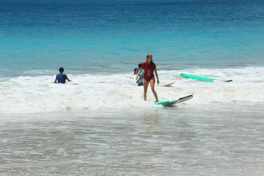 Ombak di Pantai Selong Belanak sangat cocok untuk surfing kelas pemula