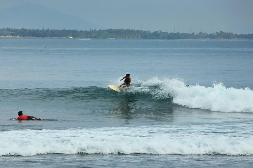 Ombak di Pantai Senggigi sangat cocok bagi penggemar olahraga selancar