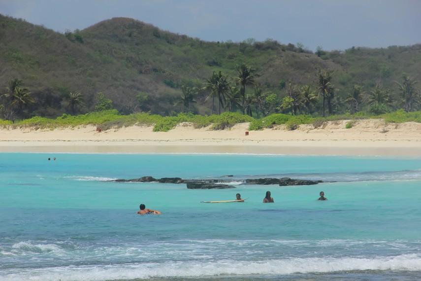Ombak di pantai ini sering dimanfaatkan para peselancar untuk melakukan atraksi di atas ombak