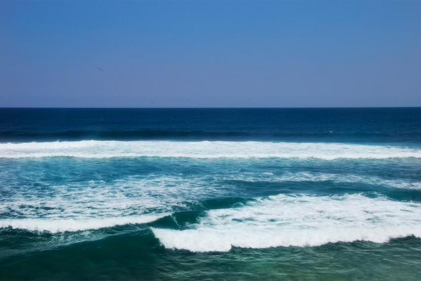 Ombak yang besar, membuat pengelola Pantai Indrayanti memasang peringatan bagi pengunjung