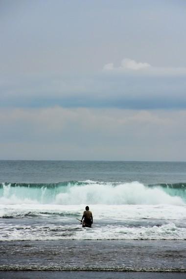 Ombaknya yang bersahabat menjadikan Pantai Sayang Heulang begitu nyaman untuk bermain air