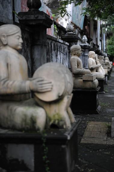 Ornamen patung pemain gamelan di muka pasar