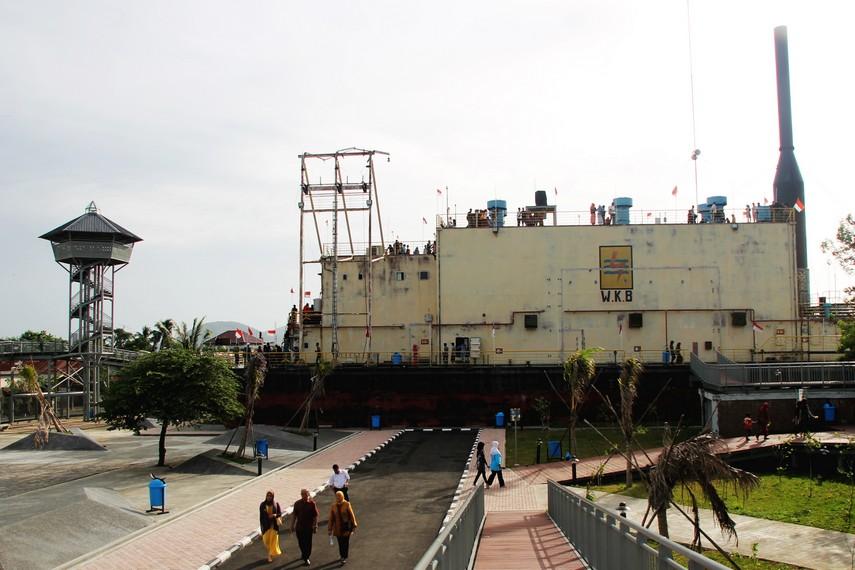 PLTD Apung dilihat dari samping. Di dinding kapal, terlihat bekas potongan - tempat generator dikeluarkan