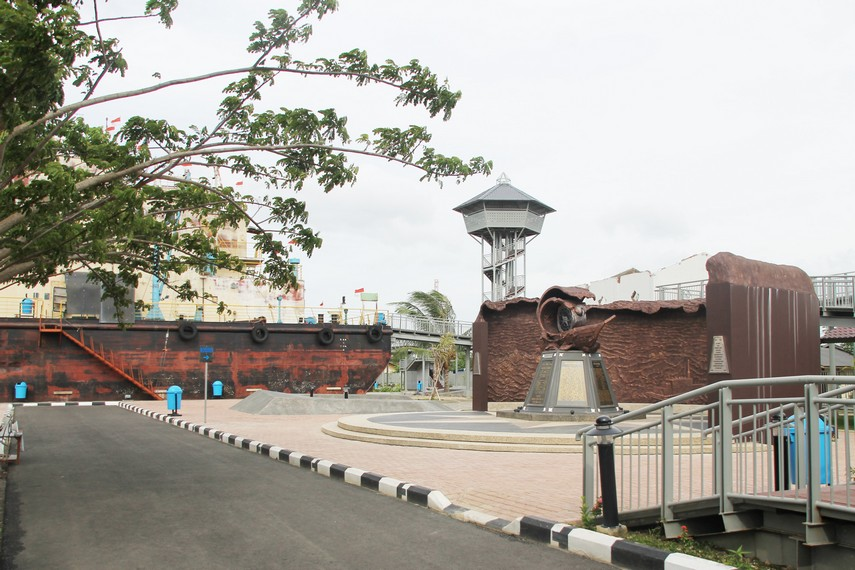 PLTD (Pembangkit Listrik Tenaga Diesel) Apung terletak di Desa Punge, Blancut, Banda Aceh