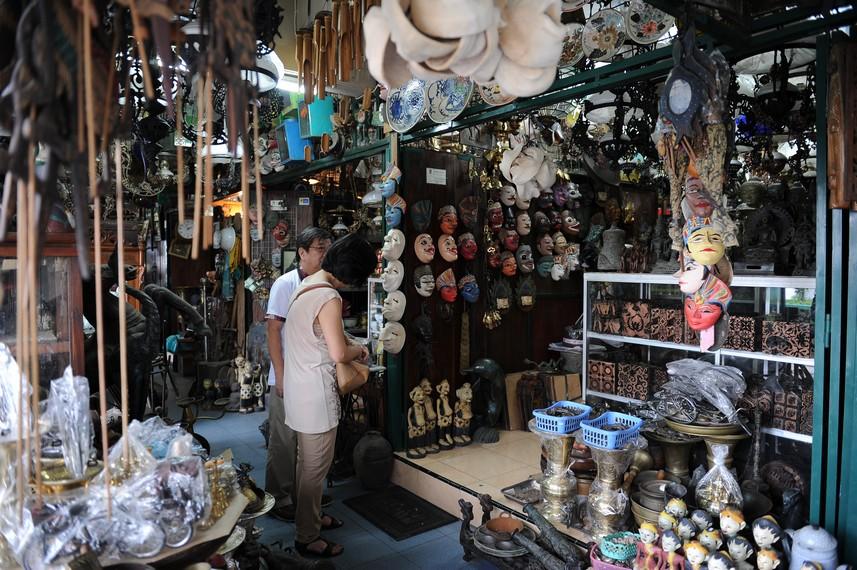 Pada awal dibangun, pasar ini merupakan pasar biasa yang menjual makanan, koran dan majalah