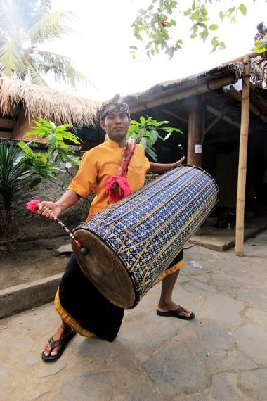 Pada awalnya, gendang beleq hanyalah alat musik yang mengiringi prajurit saat akan berjuang ke medang perang