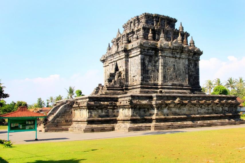 Pada bagian luar Candi Mendut terdapat relief-relief yang menceritakan kisah-kisah Dewa Budha