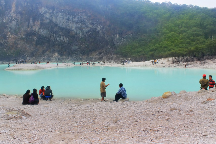 Pada musim liburan, objek wisata Kawah Putih ramai dikunjungin wisatawan lokal maupun asing