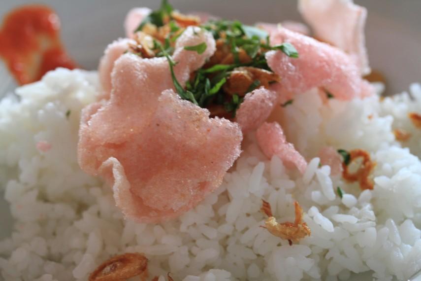 Nasi dan kerupuk sebagai pelengkap Soto Padang