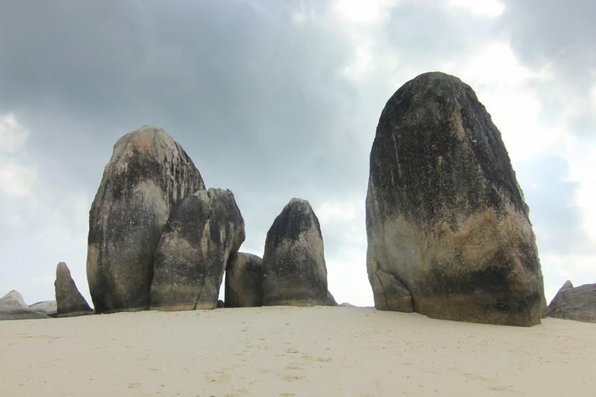 Paduan batu granit dan pasir putih menjadi pemandangan eksotis yang tersaji di Pulau Batu Berlayar
