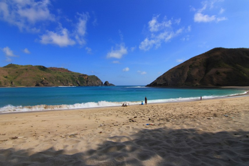 Paduan bukit dan pantai menjadi sajian indah bagi pengunjung di Pantai Mawun