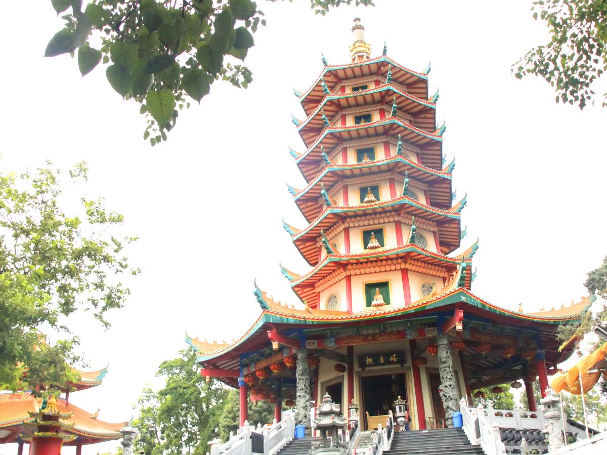 Pagoda Avalokitesvara Buddhagaya Watugong terletak di Jalan Perintis Kemerdekaan Semarang