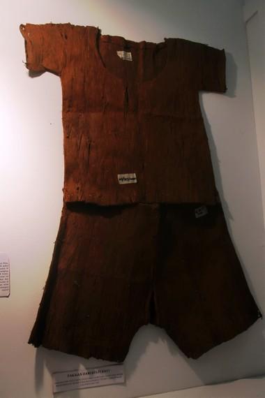Pakaian Suku Sakai ini terbuat dari kulit kayu