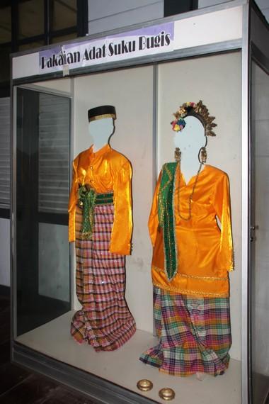 Pakaian adat suku Bugis yang terpajang di Museum Karaeng Pattingaloang