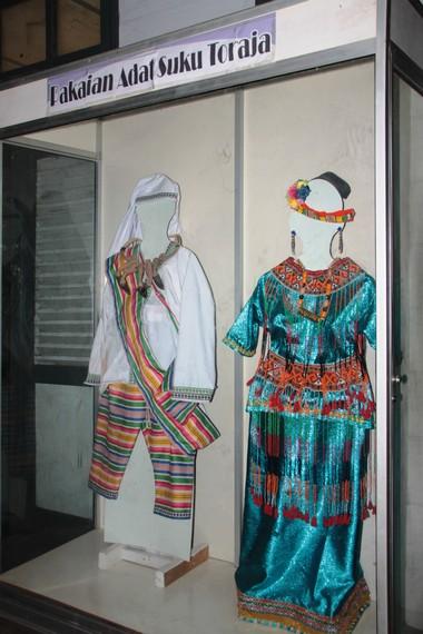 Pakaian adat suku Toraja di salah satu etalase Museum Karaeng Pattingaloang