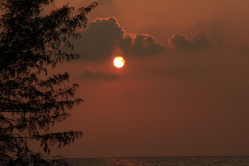 Menikmati saat matahari tenggelam menjadi hal yang menyenangkan di Pulau Semak Daun
