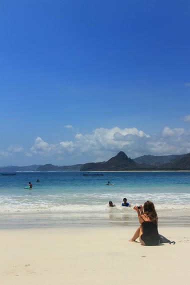 Panorama birunya laut Pantai Selong Belanak mengundang wisatawan mancanegara untuk berkunjung