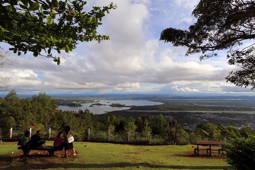 Panorama danau Sentani dari atas bukit Tugu McArthur