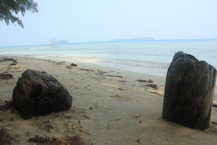 Ombak yang tenang, angin sejuk khas laut, dan pasir putih tersaji di Pulau Bira Besar