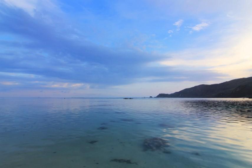 Panorama di Pantai Kuta dengan air lautnya yang biru