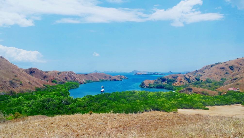 Panorama keindahan Pulau Rinca apabila dilihat dari atas bukit