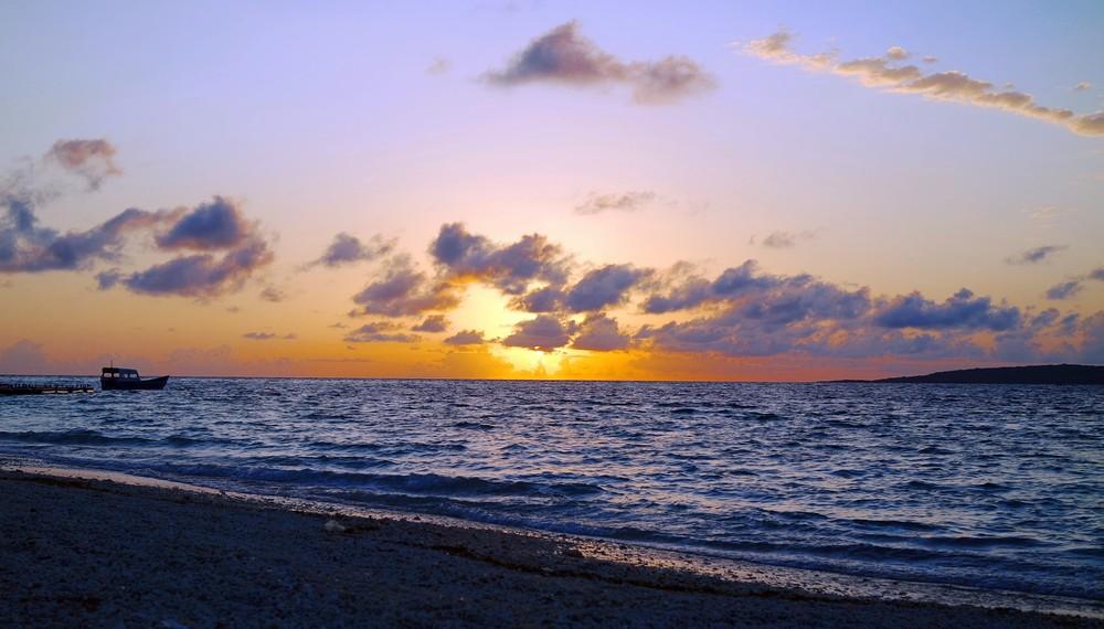 Panorama keindahan matahari terbenam di Pantai Tablolong