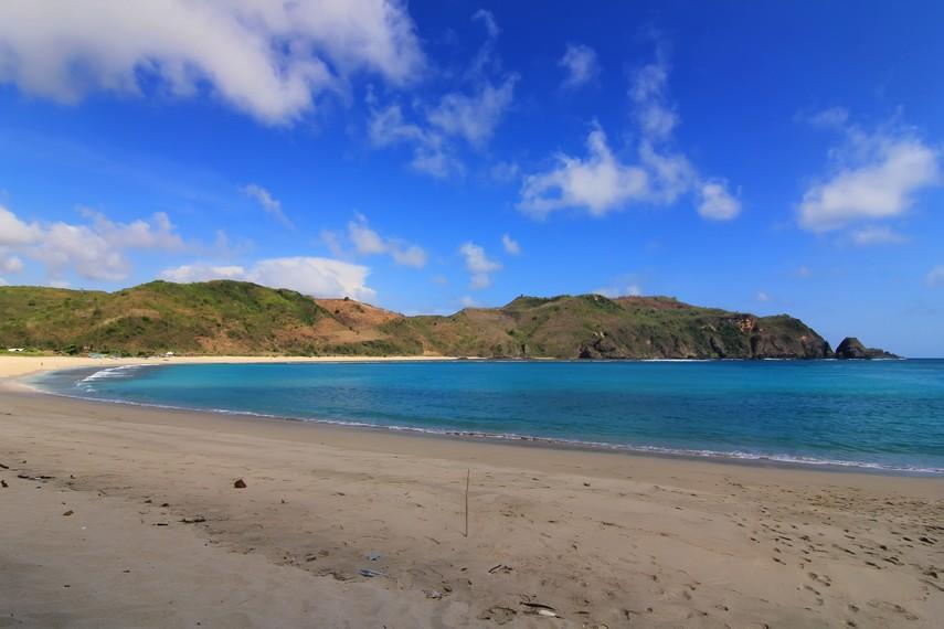Panorama yang disajikan Pantai Mawun membuat betah siapa saja yang ada di sini