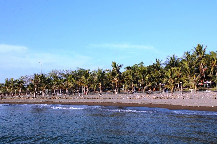 Pantai Akkarena salah satu pantai di Makassar yang menawarkan suasana pantai yang teduh