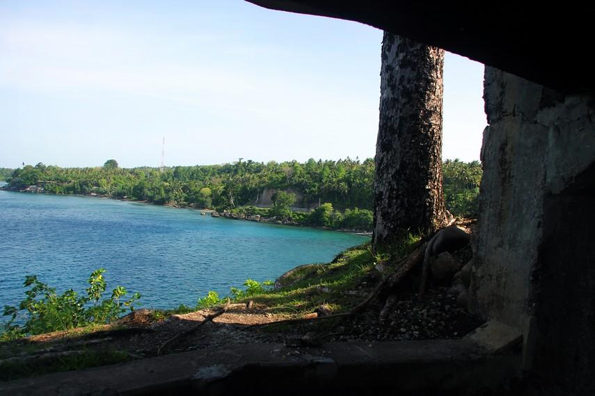 Pantai Anoi Itam terlihat dari dalam pos pengintaian