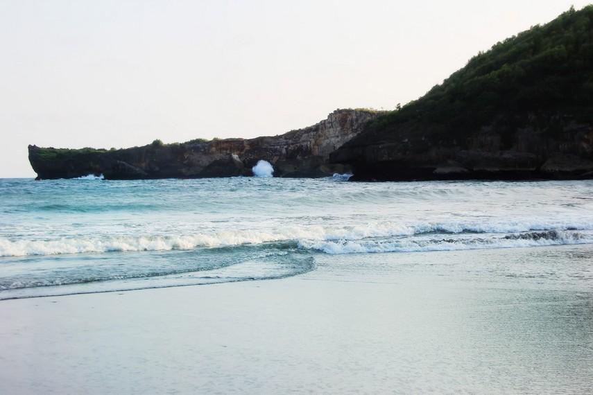 Suasana di Pantai Baron yang banyak didatangi wisatawan lokal maupun luar negeri